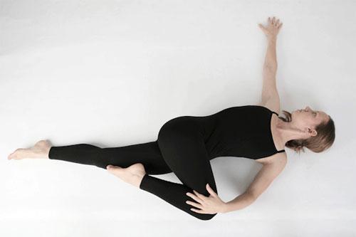 Động tác yoga xoắn người