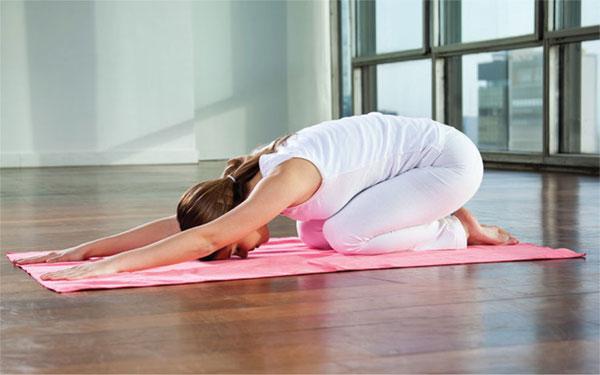 Bài tập yoga dễ ngủ số 1 - tư thế em bé