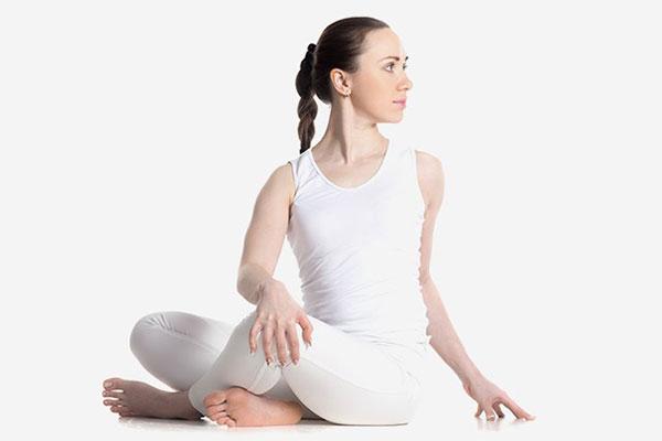 Bài tập yoga giúp dễ ngủ số 3 - vặn mình