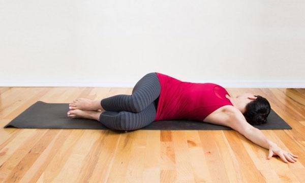 Bài tập yoga cho giấc ngủ ngon số 5 - nằm xoay người