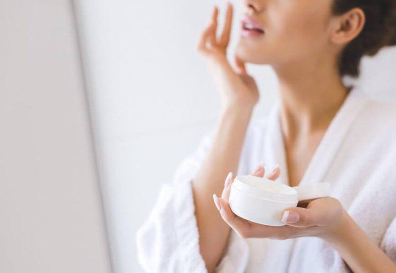 Dưỡng ẩm da cũng là một trong các bước trang điểm cơ bản rất quan trọng