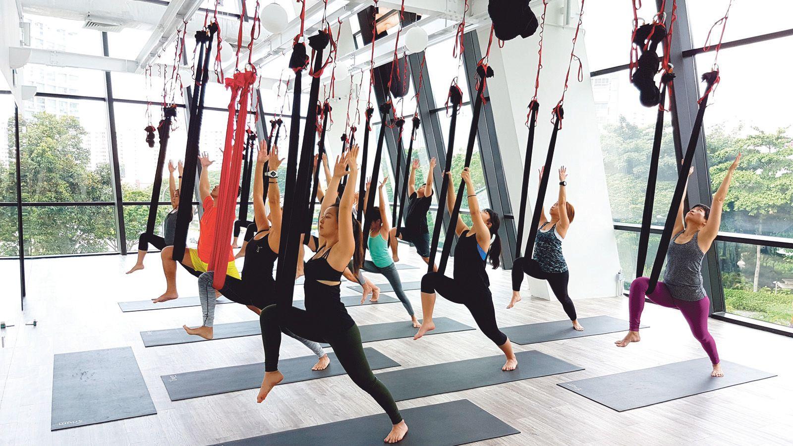 Khi tập yoga bay, bạn nên ăn mặc thật gọn gàng