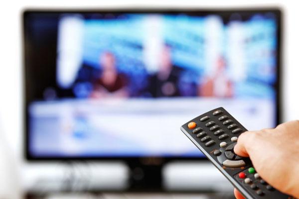 Vệ sinh màn hình khi tivi vẫn đang hoạt động