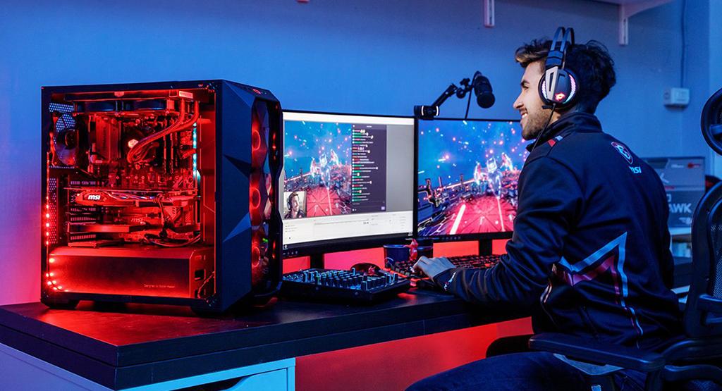 Bộ máy tính, webcam, micro... là những thứ không thể thiếu đối với streamer
