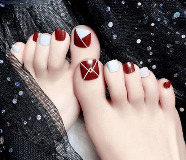 Sơn móng chân cô dâu