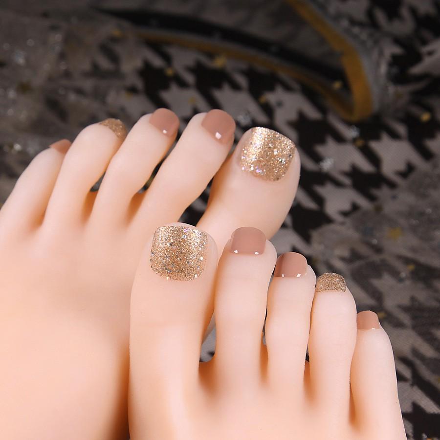 Sơn nail móng chân cho cô dâu trong ngày cưới