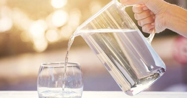 Uống đủ nước là một biện pháp hiệu quả để bảo vệ sức khỏe lúc giao mùa nắng mới.