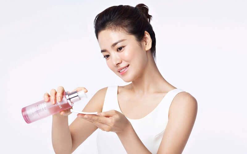 Nên sử dụng nước hoa hồng tẩy trang và dưỡng da hằng ngày để có được làn da trắng mịn, sạch mụn