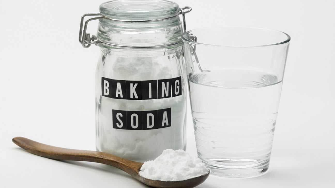 Khắc phục bồn cầu xuống nước chậm bằng baking soda và giấm