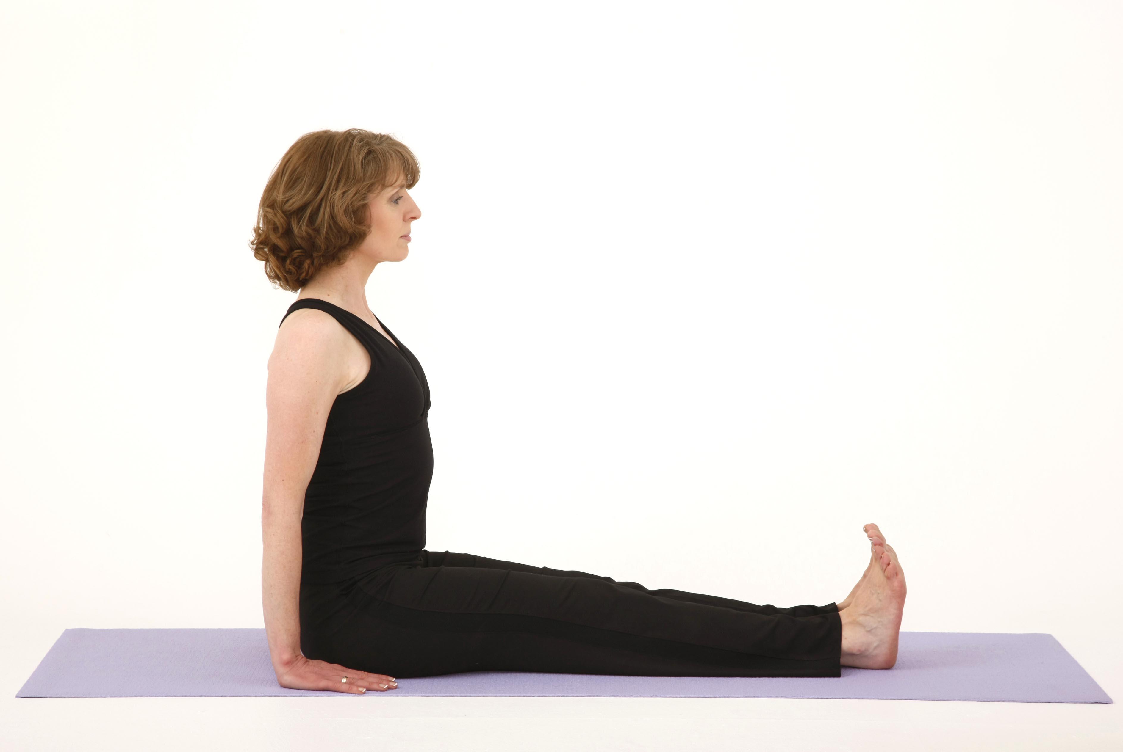 Động tác duỗi thẳng chân và lưng