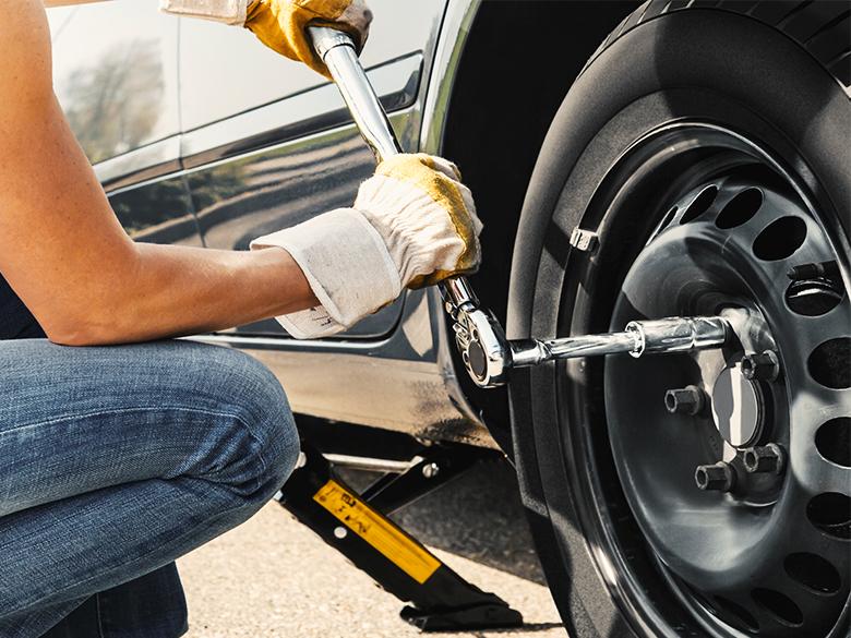 Hướng dẫn cứu hộ lốp ô tô cơ bản: Cách thay lốp