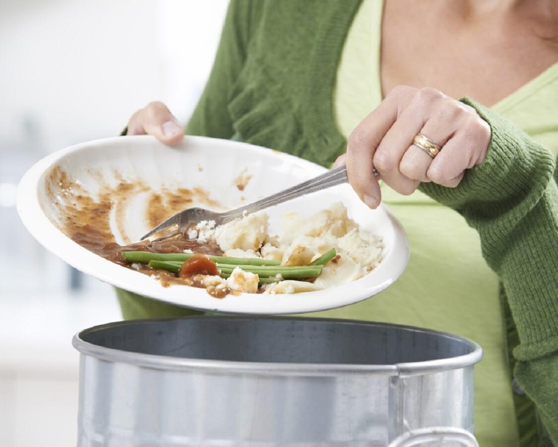 Gạt bỏ phần thức ăn thừa ra khỏi bát