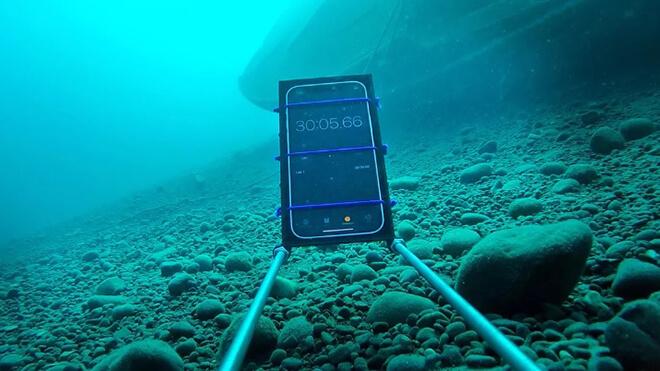 Khả năng chống nước vượt trội của iPhone 12 đã được chứng minh qua nhiều thí nghiệm