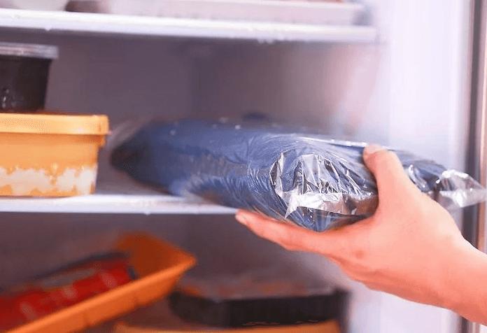 Cho quần áo vào ngăn đá tủ lạnh
