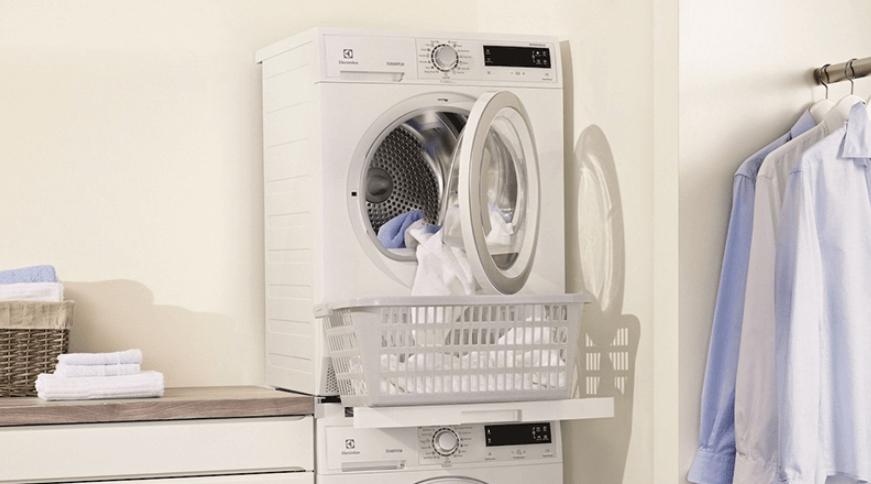 Dùng máy sấy quần áo để khử mùi hôi quần áo ngày mưa