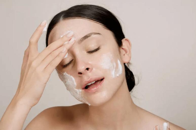 Tẩy trang xong có cần rửa mặt lại không?