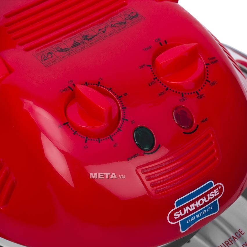 Lò nướng thủy tinh Sunhouse SH-410 sử dụng núm vặn dễ dàng cài đặt nhiệt độ và thời gian.
