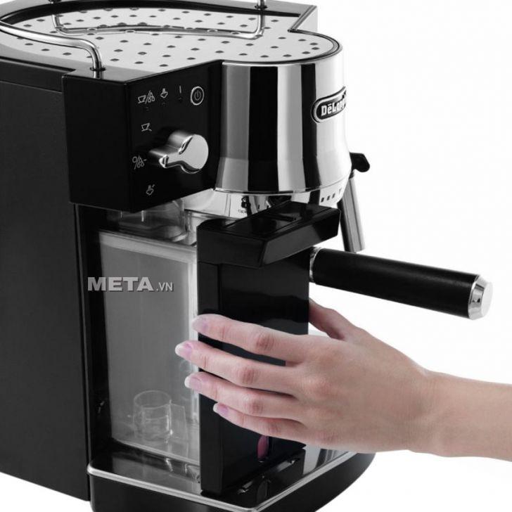 Delonghi EC820.B tích hợp bộ lọc để loại bỏ cặn, nâng cao chất lượng cà phê và hiệu suất hoạt động của máy