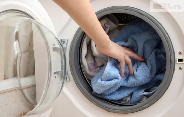 Quá nhiều quần áo cũng là nguyên nhân gây ra máy giặt rung lắc mạnh