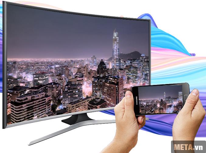 Tivi màn hình cong Samsung 48 inch Full HD UA48J6300 với khả năng trình chiếu hình ảnh qua điện thoại.