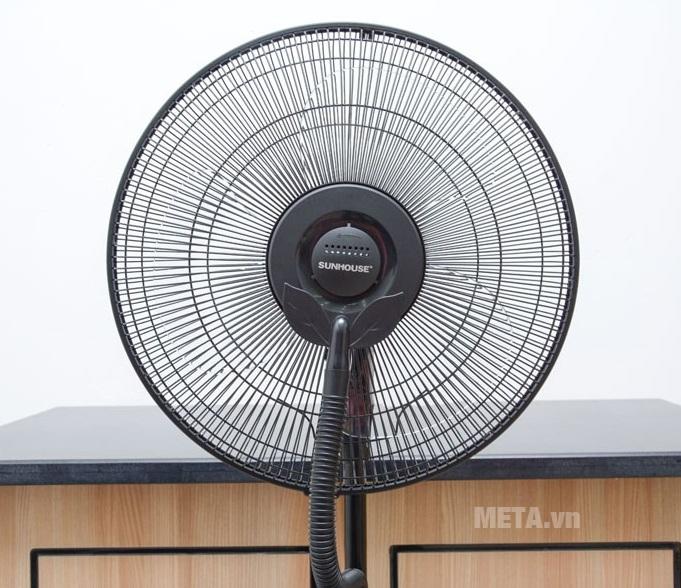 Quạt phun sương Sunhouse SHD7823 với thiết kế lồng quạt chắc chắn.