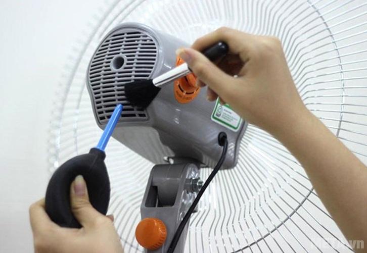 Vệ sinh ngoài hộp động cơ, các bộ phận khác để quạt làm mát hiệu quả