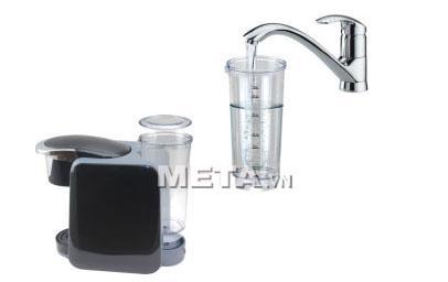 Đổ nước vào ngăn đựng nước của máy pha cà phê viên nén Nesso K-cup