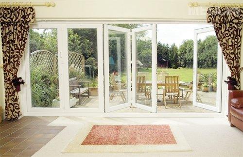 Tận dụng các loại cửa sổ, cửa chính đón khí mát vào trong nhà
