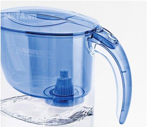 Bình lọc nước Barrier Eco thiết kế tay cầm thuận tiện cho người dùng