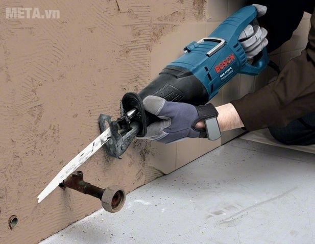 Máy cưa kiếm Bosch GSA 1100 E dùng cắt kim loại