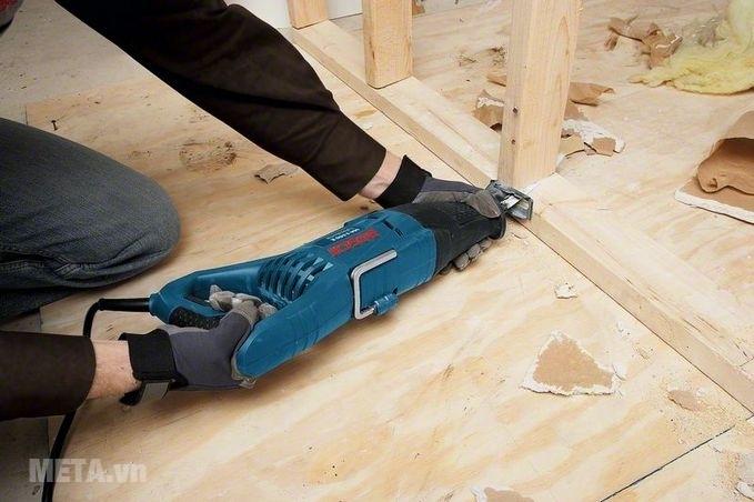Máy cưa kiếm Bosch GSA 1100 E cho khả năng cắt sâu gỗ 230mm.