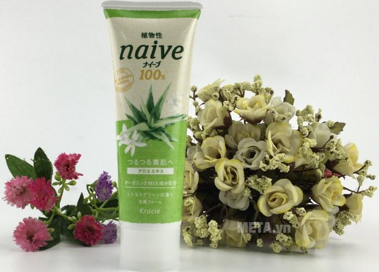 Sữa rửa mặt Naive chiết xuất lô hội loại 110g nhỏ gọn.