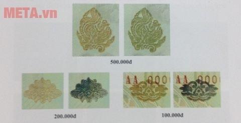 Tiền thật chao nghiêng sẽ thấy đổi màu mực ở họa tiết hoa văn.