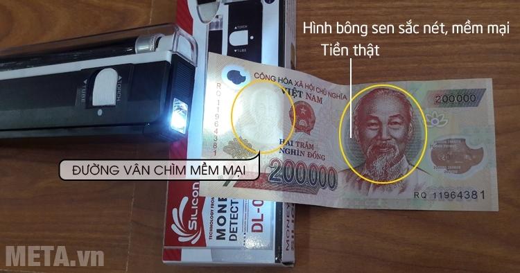 Thanh soi tiền Silicon khi chiếu vào mặt bác hồ của tờ tiền giả và thật.