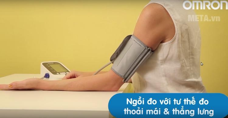 Tư thế ngồi đo đúng với máy đo huyết áp bắp tay HEM-7130