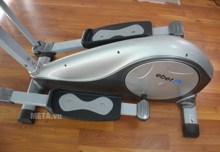 Xe đạp tập YK-CT1002B có bàn đạp rộng nên đứng đạp xe rất thoải mái.