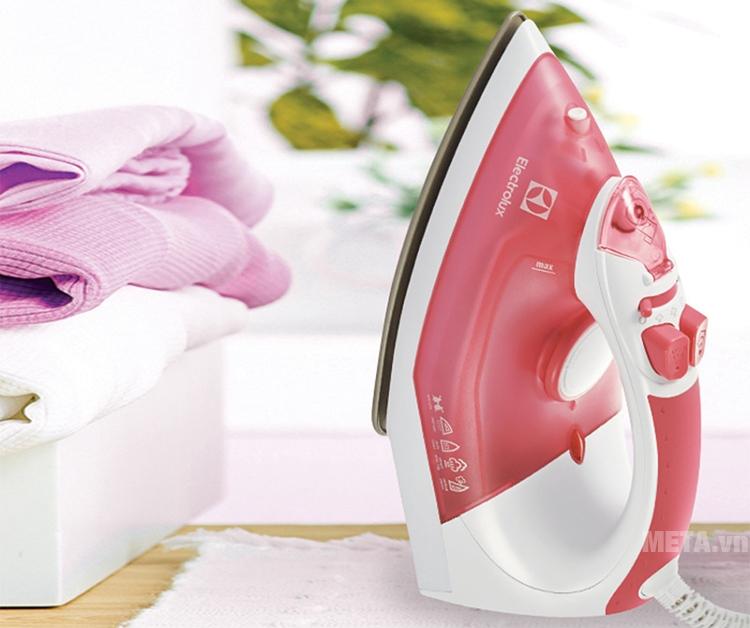 Bàn là hơi nước Electrolux ESI4005 sử dụng được trên nhiều loại vải