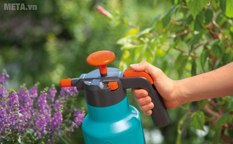 Bình xịt áp suất 1,25 lít Gardena 00814-20 thiết kế tay cầm tiện dụng.
