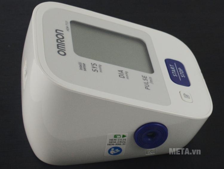 Cổng cắm vòng bít của máy đo huyết áp bắp tay tự động Omron HEM-7121