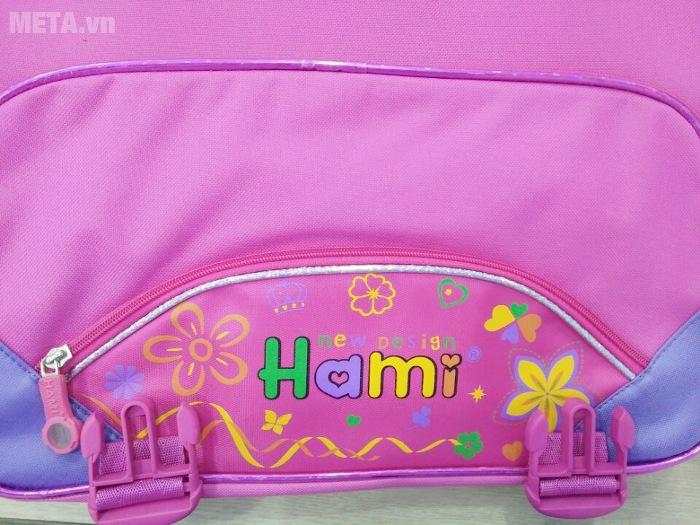 Cặp học sinh Hami C132 có in logo ở phía trước của cặp.