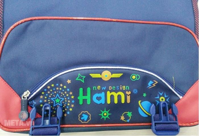 Cặp học sinh Hami C132 sử dụng khóa nhựa cài.