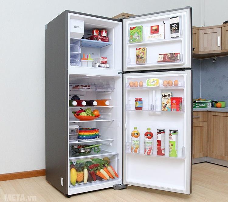 Tủ lạnh Samsung 380 lít RT38K5982SL/SV có nhiều khay đựng.
