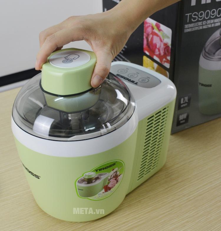 Máy làm kem tươi Tiross TS-9090 mở nắp dễ dàng bằng cách ấn xuống và xoay.