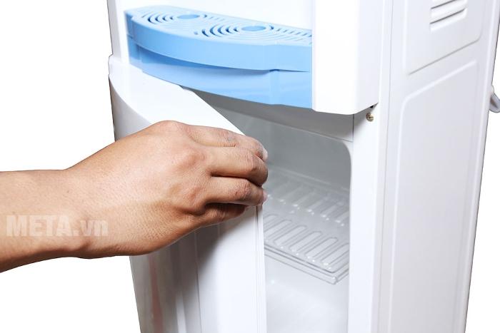 Cây nước nóng lạnh Sunhouse SHD9600 có khay để đồ rộng rãi.