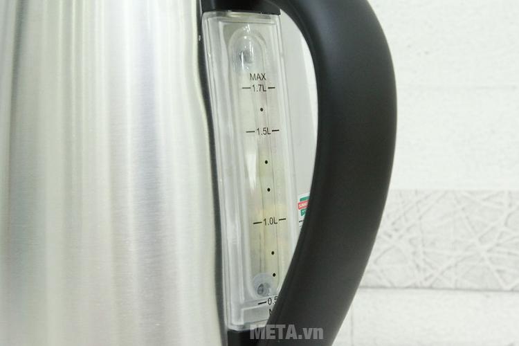 Ấm siêu tốc inox Sunhouse SHD1375 có thang đo mực nước trên thân ấm.