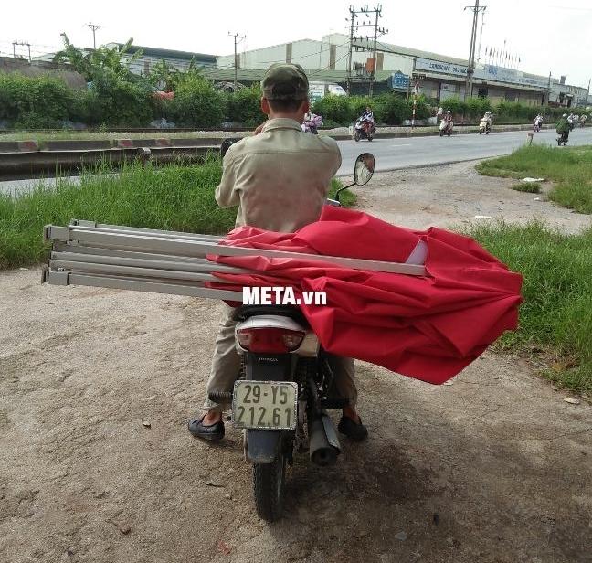 Nhà bạt di động 2m x 2m có thể di chuyển bằng xe máy mà không quá vướng víu.