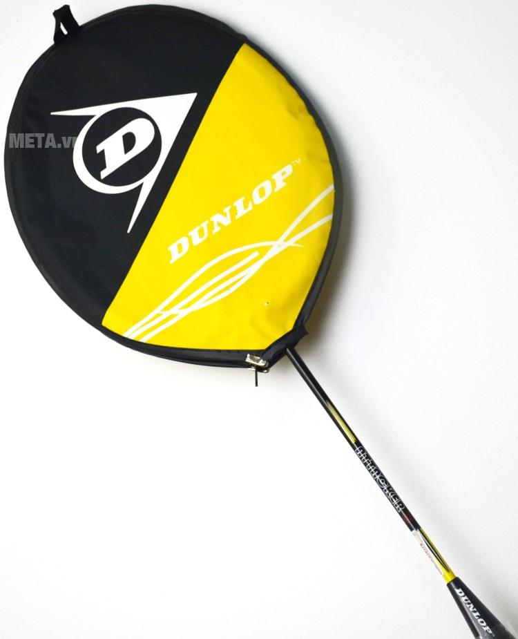 Vợt cầu lông Dunlop Attack 8 G1 có đầu bọc bảo vệ đầu gậy khỏi bị xước.