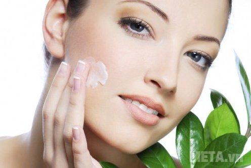 Thoa kem dưỡng ẩm để giữ cho làn da luôn căng tràn đầy sức sống.