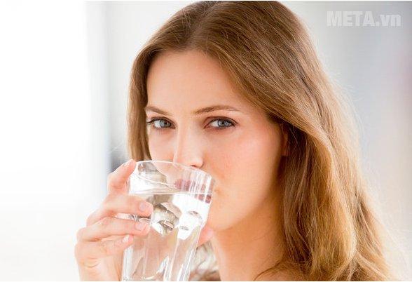 Uống nhiều nước để dưỡng ẩm cho da