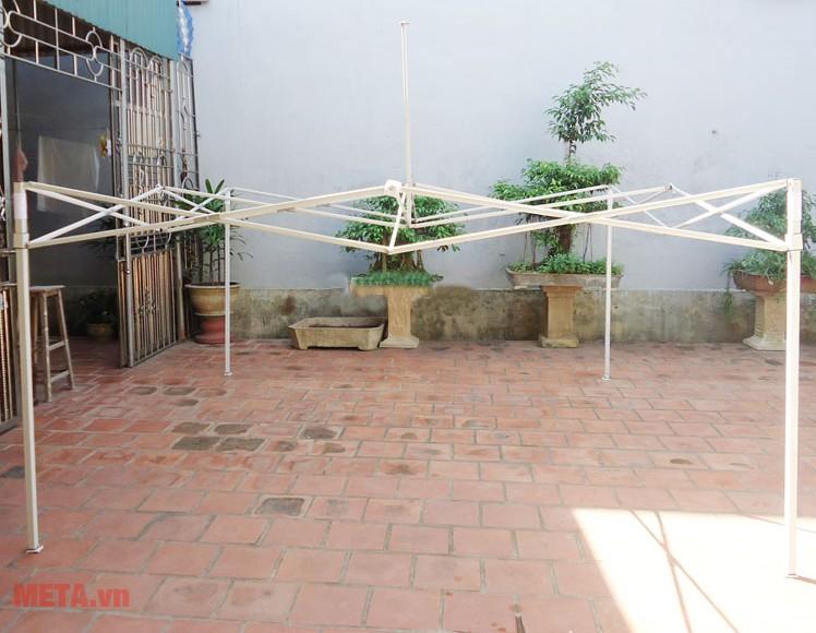 Khung nhà bạt di động 2m x 2m có thể gấp gọn và mở ra dễ dàng.